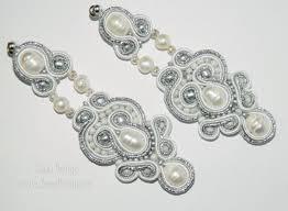 cercei cu magnet cercei statement albi cu argintiu cercei lungi cu perle cercei