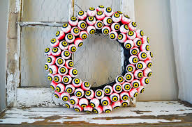 Eyeball Appetizers For Halloween by Spooky Eyeball Wreath A Pretty Life In The Suburbs