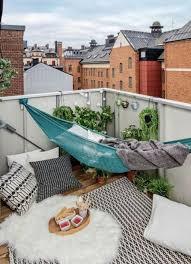 h ngematte auf balkon hängematte balkon teppich dekokissen interior exterior design