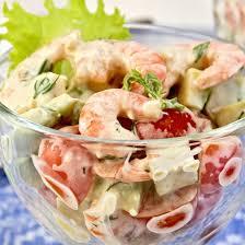 comment cuisiner des crevettes roses recette salade au saumon avocat crevettes et coeurs de palmier