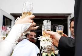 hochzeitsgeschenk braut an brã utigam braut und bräutigam halten schön dekoriert hochzeit gläser mit