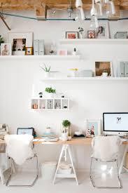 mettre sur le bureau au bureau on utilise les murs pour mettre en valeur ses bibelots