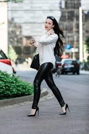 fashion blogger in leipzig lederhose und bluse shopping bummel