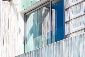 glas balkon balkon in een nieuw flatgebouw de muur het glas stock