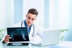 x au bureau docteur beau passant en revue des rayons x au bureau image stock