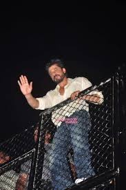 shahrukh khan greets fans outside mannat on his 50th birthday eve