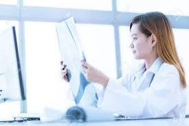 femme de chambre x femme médecin regardant x radiography dans la chambre du patient