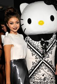 today u0027s pix modern family u0027s sarah hyland u0026 hello kitty u2013 daily