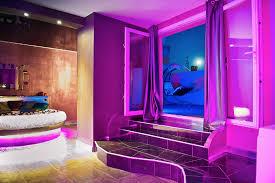 chambre balneo romantique loft lit rond comme suspendu plafond tendu noir à