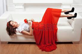 interieur et canapé fille ée sur le canapé sa robe et une fleur dans sa