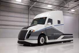 freightliner turns heads with supertruck concept vehicle