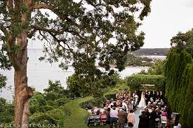 Long Island Wedding Photographer An Outdoor Wedding Ceremony At Lombardi U0027s On The Sound Taken By