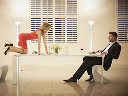 amour dans la cuisine faire l amour sur une table sur une chaise dans la cuisine