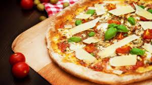 cuisiner une pizza comment faire une pizza maison plats cuisine vins