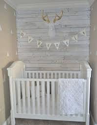 fanion chambre bébé decoration lambris bois blanc chambre bebe lit blanc guirlande