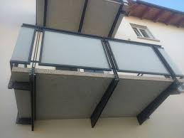 ringhiera metallica ringhiere balconi con telaio in ferro e pannelli in vetro satinato