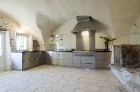 casanaute cuisine cuisine en inox plan de travail en granit noir piano de cuisson