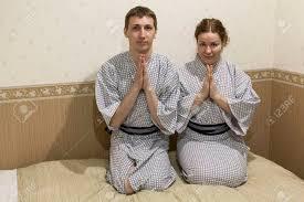 chambre d hote japon de race blanche assis dans des robes traditionnelles en