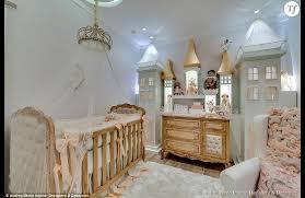chateau de chambres au château en relief sur le mur pour votre princesse
