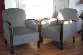 comment retapisser un canapé comment retapisser un fauteuil paire de fauteuil a restaurer