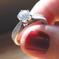 pierscionek zareczynowy pierścionek zaręczynowy romantyczny symbol miłości i oddania