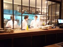 restaurant cuisine ouverte caillebotte plan de travail en bois vaisselle blanche ardoise