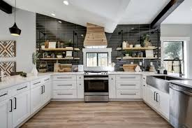 cuisine lambris lambris bois une tendance chic et urbaine au sein d une maison moderne
