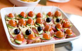 canap au fromage canapes avec du jambon le fromage des tomates et des olives photo