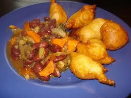 bonne cuisine camerounaise haricots rouges et beignets africains cuisine du monde