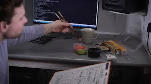 que manger le midi au bureau homme d affaires est en appréciant sushi à bureau pendant