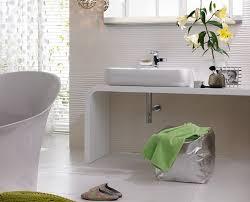 wandfliesen badezimmer geriffelte wandfliesen ganz in weiß bild 13 schöner wohnen