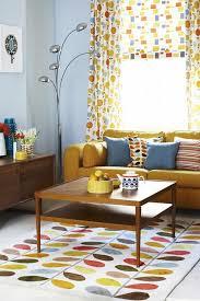 canapé jaune moutarde déco salon au style vintage rideaux à motifs couleur jaune