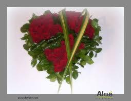 composition florale avec des roses compositions florales pour deuil aloe fleurs