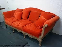 canapé hanjel ce canapé 3 places en velours orange brûlé avec une structure en