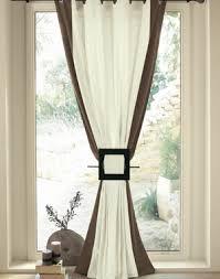 rideaux cuisine porte fenetre bandes verticales colorées sur rideaux clairs 窗帘