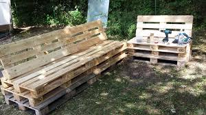 construire un canape avec des palettes canapé en palette avec dossier incliné