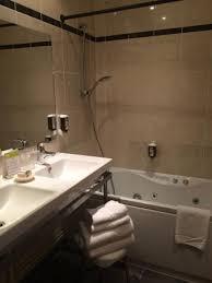 hotel avec baignoire baln dans la chambre salle de bain avec baignoire balnéo photo de le phenix hotel lyon