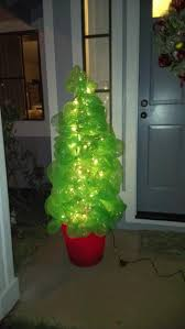 how to make a christmas tree using deco poly mesh and a tomato