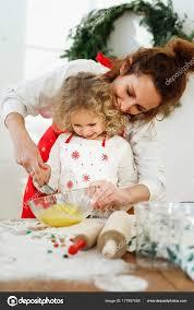 sexe dans la cuisine une mère affectueuse contribue à dughter à fouetter les oeufs