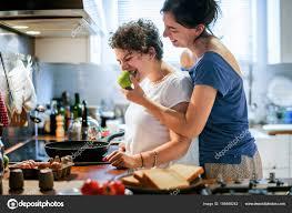 lesbienne dans la cuisine lesbiennes ensemble cuisson dans cuisine photographie