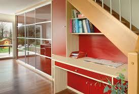 bureau sous escalier concept rangement aménagements sur mesure