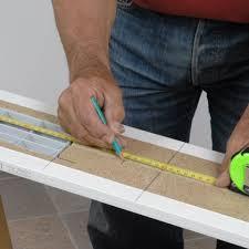 poser plinthe cuisine plinthes des meubles d une cuisine aménagée