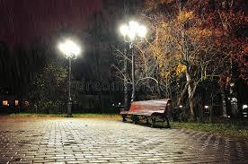 imagenes de paisajes lluviosos noche lluviosa con el banco solo debajo de la lluvia del otoño que