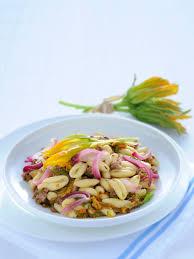 primo piatto con fiori di zucca cavatelli con fiori di zucca e briciole di salsiccia sale pepe