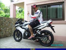 honda cbr 125r sportbike rider picture website