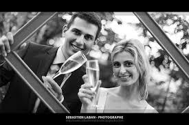photographe pour mariage un photographe un cadre et des invités lors d un mariage
