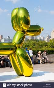 balloon dog at jeff koons on the roof of metropolitan museum of