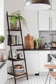 dans la cuisine de étagère cuisine en bois vintage scandinave graphique côté