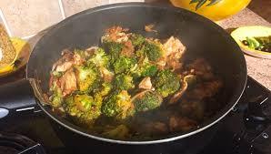 cuisiner brocolis a la poele recette de poêlée de brocolis poulet tomates oignon