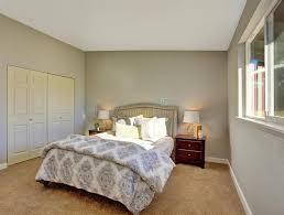moquette chambre à coucher chambre à coucher avec la moquette et portes au cabinet intégré